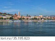 Правый берег Дуная с Кальвинистской церковью и церковью св. Анны в Будапеште, Венгрия (2015 год). Стоковое фото, фотограф Михаил Марковский / Фотобанк Лори