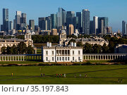 England, London, Greenwich, View of The Queens House and Docklands... Стоковое фото, фотограф Steve Vidler / age Fotostock / Фотобанк Лори