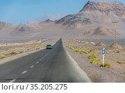 Asphalt straight road with mountains on a horizon in Yazd Province... Стоковое фото, фотограф Konrad Zelazowski / age Fotostock / Фотобанк Лори