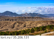 Landscape of loamy relief foothills and rocky mountains of the Crimea (2020 год). Редакционное фото, фотограф Владимир Ушаров / Фотобанк Лори