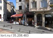 Galip Dede Street with a lot of shops and restaurants (2020). Beyoglu district, city of Istanbul, Turkey. Редакционное фото, фотограф Bala-Kate / Фотобанк Лори