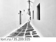 Street in Mykonos island in Greece (2018 год). Стоковое фото, фотограф Роман Сигаев / Фотобанк Лори