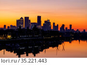 England, London, Docklands, River Thames and Canary Wharf Skyline... Стоковое фото, фотограф Steve Vidler / age Fotostock / Фотобанк Лори