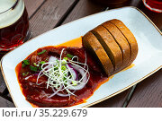 Baked sausages with red onion and bread. Стоковое фото, фотограф Яков Филимонов / Фотобанк Лори