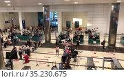 Скопление людей на паспортном контроле и перед проверкой багажа в аэропорту Анталии, Турция. Редакционное видео, видеограф Кекяляйнен Андрей / Фотобанк Лори