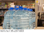 Bottle drinking water in shop. Стоковое фото, фотограф Дарья Филимонова / Фотобанк Лори