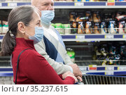 Pensioners in protective masks choosing products in supermarket. Стоковое фото, фотограф Дарья Филимонова / Фотобанк Лори
