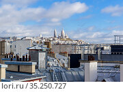 Вид с крыши дома на холм Монмартр и базилику Сакре-Кёр. Париж, Франция. (2018 год). Стоковое фото, фотограф Сергей Рыбин / Фотобанк Лори