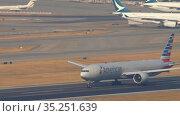 American Airlines Boeing 777 departure from Hong Kong (2019 год). Редакционное видео, видеограф Игорь Жоров / Фотобанк Лори