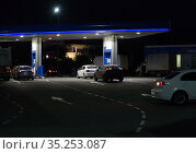 Cars at night at a gas station in summer. Стоковое фото, фотограф Юрий Бизгаймер / Фотобанк Лори
