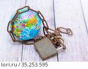 Глобус и амбарный замок с цепью. Мировые неразрешимые проблемы. Стоковое фото, фотограф Наталья Осипова / Фотобанк Лори