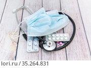 Медицинская маска, таблетки и фонендоскоп. Диагностика, профилактика  и лечение инфекционных заболеваний. Стоковое фото, фотограф Наталья Осипова / Фотобанк Лори