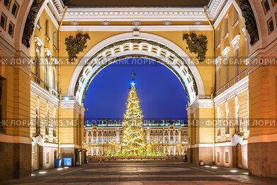 Триумфальная арка у Дворцовой площади в Санкт-Петербурге и Новогодняя ель