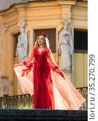 Девушка в красном платье на на фоне дворца. Стоковое фото, фотограф Литвяк Игорь / Фотобанк Лори