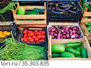 Frisches Gemüse in Holzkisten zum Verkauf auf einem Markt. Стоковое фото, фотограф Zoonar.com/elxeneize / easy Fotostock / Фотобанк Лори