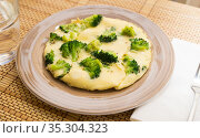 wholesome breakfast. omelet with broccoli on brown plate. Стоковое фото, фотограф Татьяна Яцевич / Фотобанк Лори