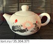 Китайский керамический чайник с росписью. Редакционное фото, фотограф Мария Кылосова / Фотобанк Лори