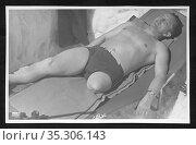 Europa, Deutschland, Hamburg, junger Mann - Kriegsversehrter - beim... Редакционное фото, фотограф Historisches Auge Ralf Feltz / age Fotostock / Фотобанк Лори