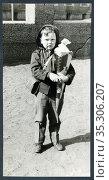 Europa, Deutschland, Hamburg, Einschulung eines Jungen , mit Schultüte... Редакционное фото, фотограф Historisches Auge Ralf Feltz / age Fotostock / Фотобанк Лори