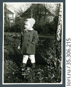 Europa, Deutschland, Hamburg, kleiner Junge im Herbst im Garten , ... Редакционное фото, фотограф Historisches Auge Ralf Feltz / age Fotostock / Фотобанк Лори