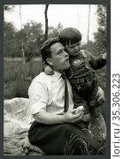Europa, Deutschland, Hamburg, Vater und Sohn beim Picknicken, Alltagsleben... Редакционное фото, фотограф Historisches Auge Ralf Feltz / age Fotostock / Фотобанк Лори