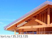 Une construction en bois naturel d'une maison ou d'un commerce pour... Стоковое фото, фотограф Zoonar.com/jean-luc cochonneau / easy Fotostock / Фотобанк Лори