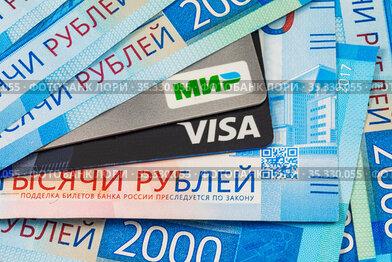 Карты Мир, Виза (Visa), купюры 2000, Российские деньги две тысячи рублей. Подделка билетов банка преследуется по закону