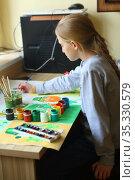Girl draws a festive poster for St. Patrick's Day. Стоковое фото, фотограф Марина Володько / Фотобанк Лори