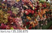 Colorful showcase of flower shop with large assortment of artificial flowers. Стоковое видео, видеограф Яков Филимонов / Фотобанк Лори
