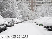 Moscow, Russia - Feb 04.2018. Cars in the yard of house during heavy snowfall. Редакционное фото, фотограф Володина Ольга / Фотобанк Лори