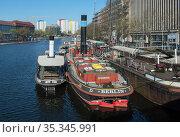 Berlin, Germany - ships in the historical harbor (2019 год). Редакционное фото, агентство Caro Photoagency / Фотобанк Лори