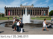Berlin, Germany, exterior view of Altes Museum from Lustgarten on Museum Island in Mitte, Germany (2019 год). Редакционное фото, агентство Caro Photoagency / Фотобанк Лори