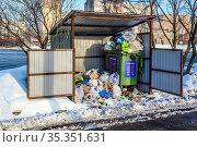 Мусорный контейнер переполнен, рядом лежат пакеты с мусором. Москва. Редакционное фото, фотограф Владимир Устенко / Фотобанк Лори