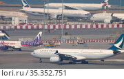 Cathay Pacific taxis to the takeoff runway. Стоковое видео, видеограф Игорь Жоров / Фотобанк Лори
