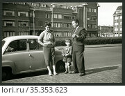 Europa, Niederlande, Den Haag, Familie ( Mutter, Vater , Sohn ) mit... Редакционное фото, фотограф Historisches Auge Ralf Feltz / age Fotostock / Фотобанк Лори