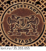 Wappen der Hansestadt Stade auf einem Schachtdeckel, Stade, Niedersachsen... Стоковое фото, фотограф Zoonar.com/Stefan Ziese / age Fotostock / Фотобанк Лори