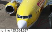 TUI Fly Boeing 737 taxiing after landing (2017 год). Редакционное видео, видеограф Игорь Жоров / Фотобанк Лори