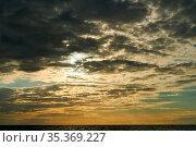 Sonnenuntergang über Meer mit vielen dramatischen Wolken am Himmel. Стоковое фото, фотограф Zoonar.com/Robert Kneschke / age Fotostock / Фотобанк Лори