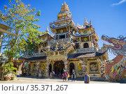 Вид на пагоду Линь Фуок («Бутылочный храм») солнечным днем. Далат, Вьетнам (2015 год). Редакционное фото, фотограф Виктор Карасев / Фотобанк Лори
