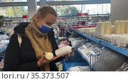 Woman shopping for housewares. Редакционное видео, видеограф Данил Руденко / Фотобанк Лори