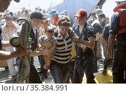 MEDITERRANEAN SEA -- 22 Jul 2006 -- US Navy sailors aboard the USS... Редакционное фото, фотограф Jonathan William Mitchell / age Fotostock / Фотобанк Лори
