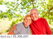Verliebtes glückliches Senioren Rentner Paar steht Arm in Arm im ... Стоковое фото, фотограф Zoonar.com/Robert Kneschke / age Fotostock / Фотобанк Лори