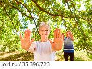 Zwei vitale Senior Frauen machen Tai Chi Atemübung für Gesundheit... Стоковое фото, фотограф Zoonar.com/Robert Kneschke / age Fotostock / Фотобанк Лори