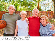 Sportliche Senioren als Freunde und Basketball Team im Sommer beim... Стоковое фото, фотограф Zoonar.com/Robert Kneschke / age Fotostock / Фотобанк Лори