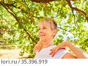 Lächelnde Seniorin macht eine Yoga Atemübung für Entspannung und ... Стоковое фото, фотограф Zoonar.com/Robert Kneschke / age Fotostock / Фотобанк Лори