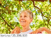 Entspannte Senior Frau macht eine Atemübung für Gesundheit und Wohlfühlen. Стоковое фото, фотограф Zoonar.com/Robert Kneschke / age Fotostock / Фотобанк Лори