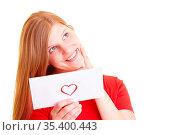Blonde Frau hält nachdenklich einen Liebesbrief. Стоковое фото, фотограф Zoonar.com/Robert Kneschke / age Fotostock / Фотобанк Лори