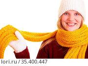 Blonde Frau im Winter wickelt sich einen Schal um. Стоковое фото, фотограф Zoonar.com/Robert Kneschke / age Fotostock / Фотобанк Лори
