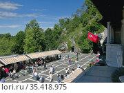 Площадь с туристами перед входом в пещеру Postojnska jama. Постойна, Словения (2011 год). Редакционное фото, фотограф Вадим Хомяков / Фотобанк Лори