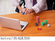 Old male employee in gambling concept at workplace. Стоковое фото, фотограф Elnur / Фотобанк Лори